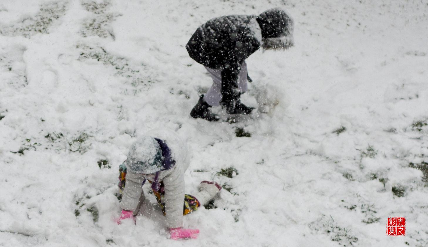昨天下了一場大雪小孩急不及待走去玩雪