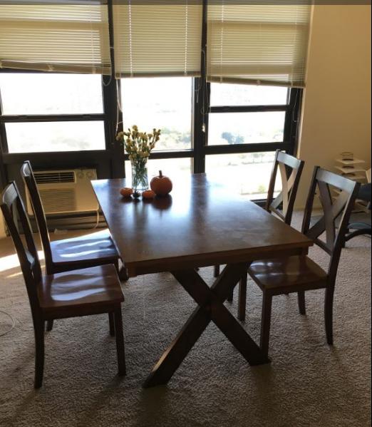 实木大餐桌+4个餐椅,8.5成新,原价325刀,现只要85刀
