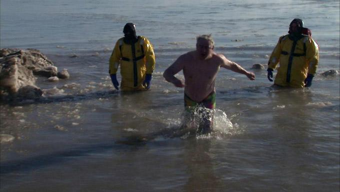 谁敢比我疯?零下30度赤膊跳密西根湖