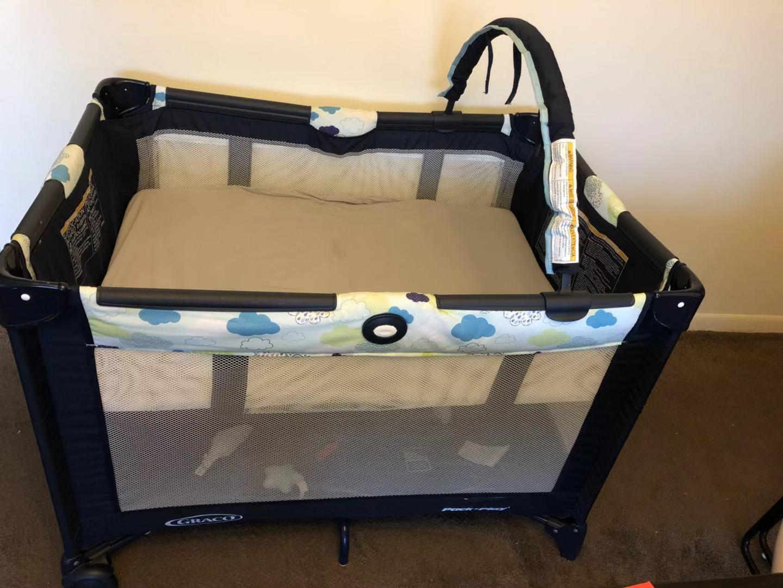 搬家低价出售宝宝电动摇篮和收缩床